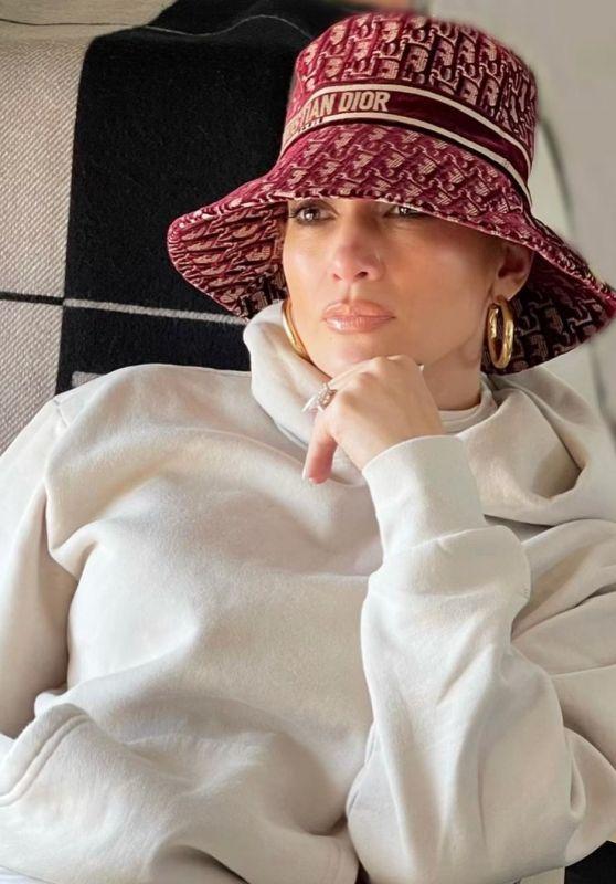 Jennifer Lopez Outfit 12/26/2020