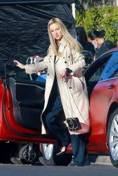 """Kate Hudson - """"Truth Be Told"""" Filming in Los Angeles 12/16/2020"""