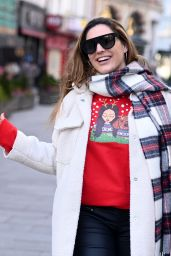 Kelly Brook Cute Street Style - London 12/24/2020