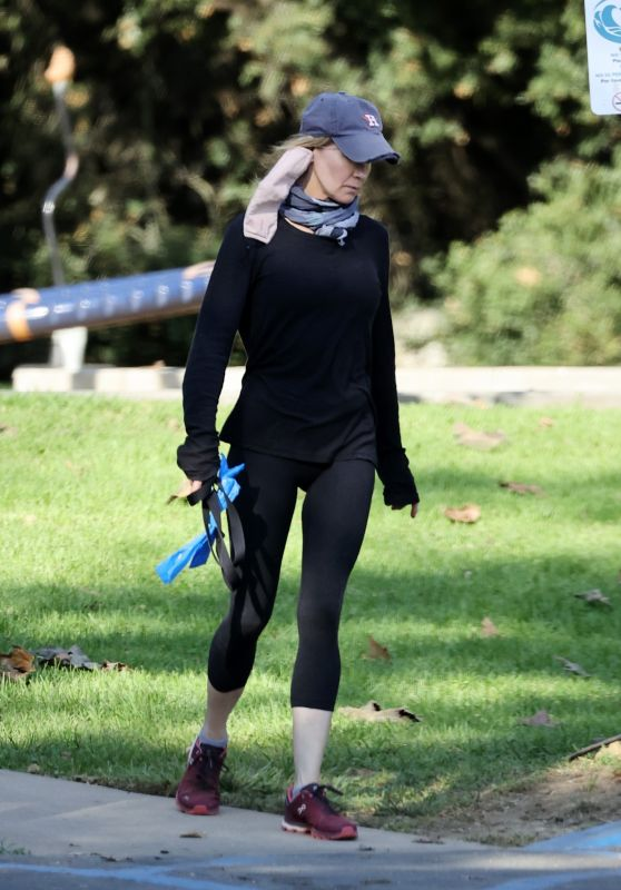 Renee Zellweger in Cropped Leggings - Out in Santa Monica 12/11/2020