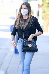 Sofia Vergara in Light-Wash Cropped Skinny Jeans - Los Angeles 12/02/2020