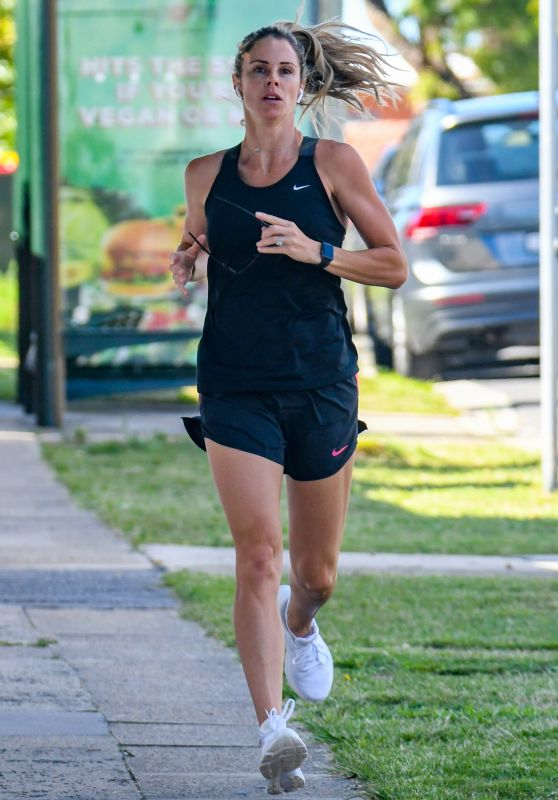 Candice Warner - Out on an Early Morning Run in Maroubra 01/11/2021