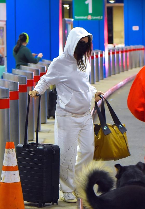 Emily Ratajkowski at Newark Liberty International Airport in New Jersey 01/08/2021