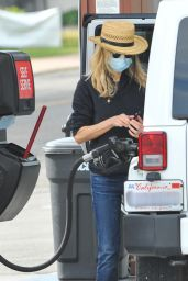 Meg Ryan at a Gas Station in Los Angeles 01/12/2021