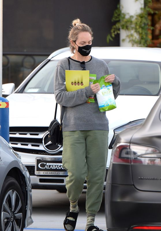 Amber Valletta in Comfy Outfit - Los Angeles 02/15/2021