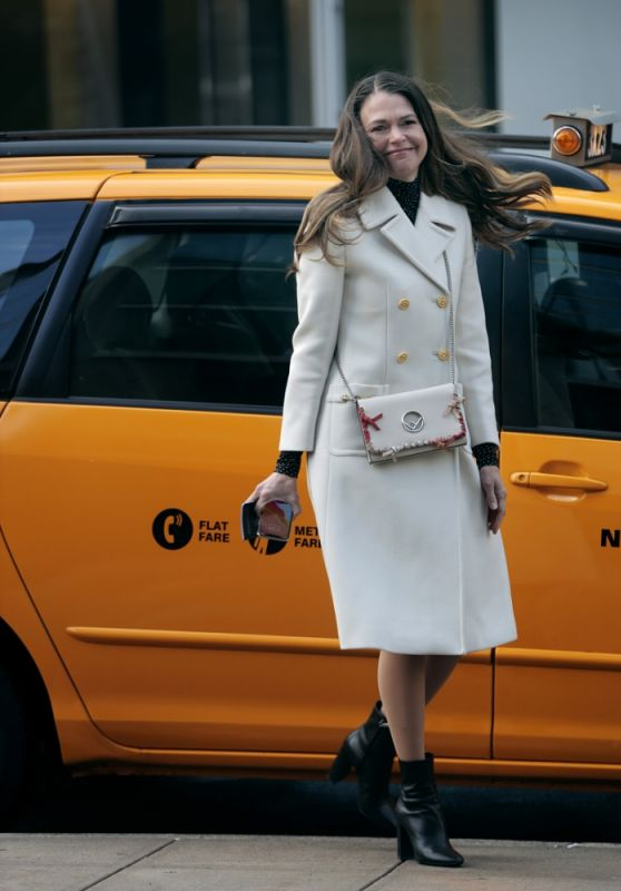 """Sutton Foster - """"Younger"""" Set in New York 02/23/2021"""