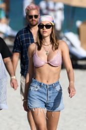 Amelia Hamlin Wears a Pink Bikini and Her Signature Head Scarf - Miam 02/28/2021