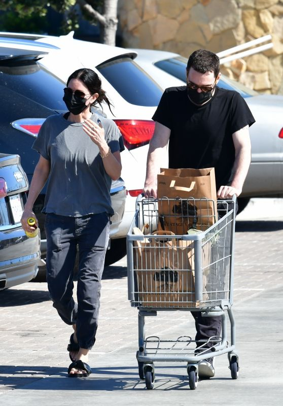 Courteney Cox and Johnny McDaid - Grocery Shopping in Malibu 03/27/2021