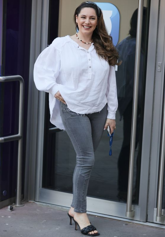 Kelly Brook Street Style - In a White Blouse and Skinny Jeans 03/29/2021