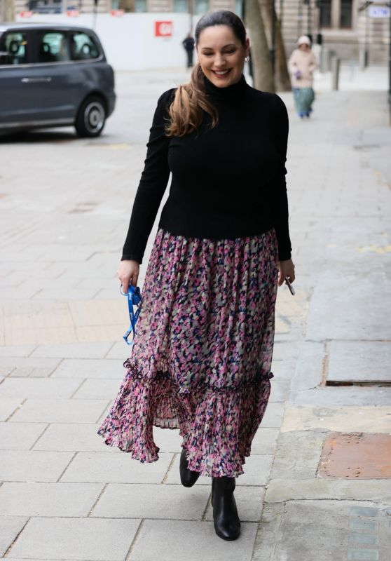 Kelly Brook Wears Summer Skirt and Tight Jumper 03/24/2021