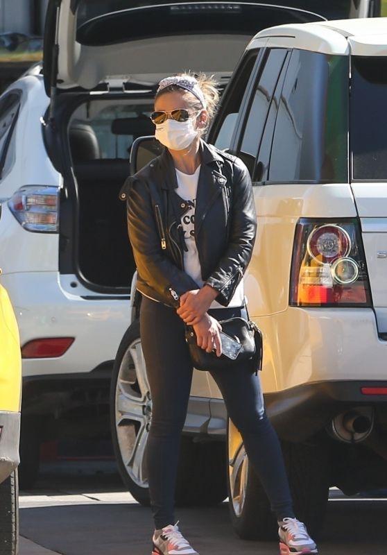 Sarah Michelle Gellar - Stops by a Car Wash in Santa Monica 03/16/2021