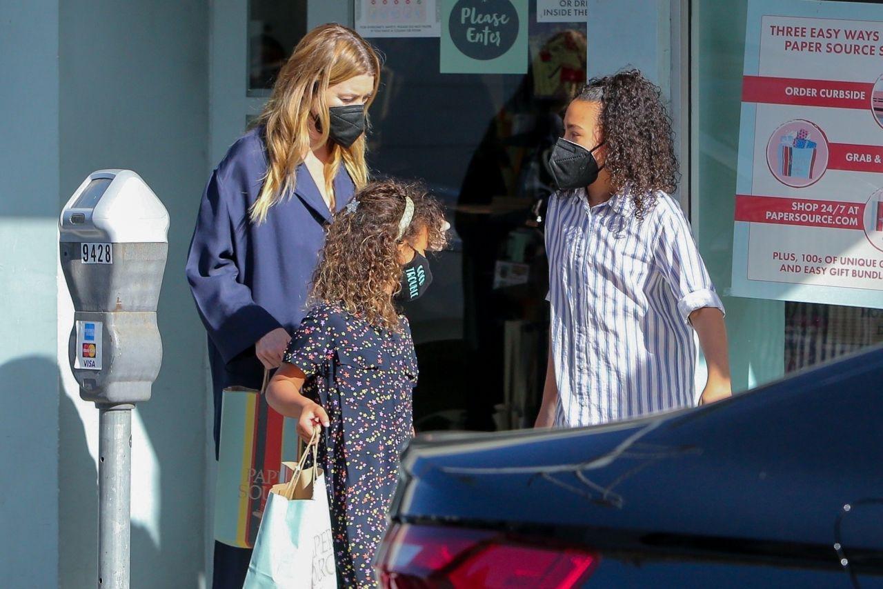 Ellen Pompeo - Shopping in Beverly Hills 04/09/2021 ...