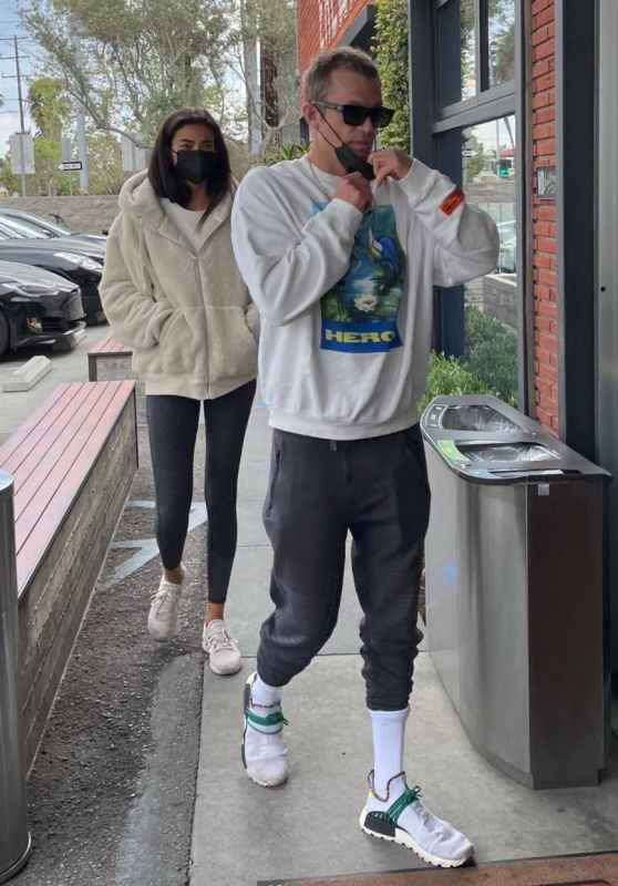 Kelly Gale - Shopping at Erewhon Market in Venice Beach 04/01/2021