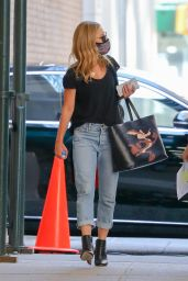 Kelly Ripa in Loose Fitting Faded Jeans and Carrying a Calvin Klein Wile E. Coyote Bag 04/07/2021