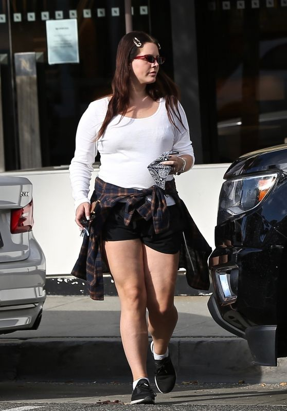 Lana Del Rey - Shopping in Beverly Hills 04/01/2021