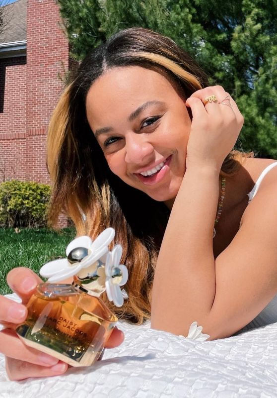 Nia Sioux - Daisy by Marc Jacobs April 2021