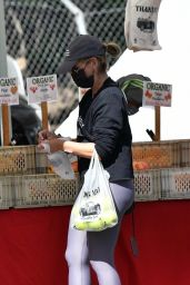 Sarah Michelle Gellar in a Pair of Yoga Pants and Classic Nike Air Max Sneakers - Farmers Market in Brentwood 04/18/2021