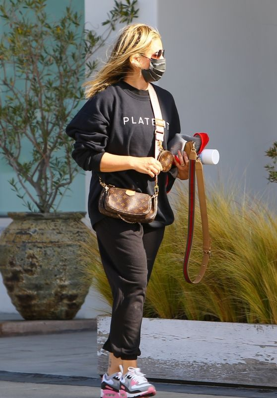 Sarah Michelle Gellar in Comfy Outfit in Brentwood 04/15/2021