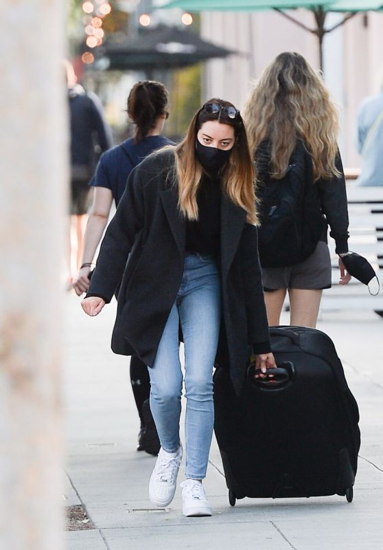 Aubrey Plaza - Rolling a Suitcase in LA 05/10/2021