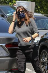Jennifer Garner - Brentwood Country Mart 05/11/2021