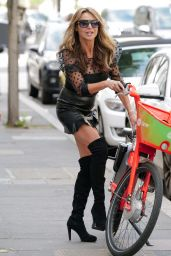 Lizzie Cundy on Electric Bike in London 05/12/2021