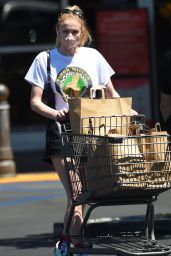 Sophie Turner - Shopping at Gelson