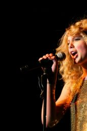 """Taylor Swift - Performs Live at """"Fearless"""" Tour in Sydney 03/12/2009"""