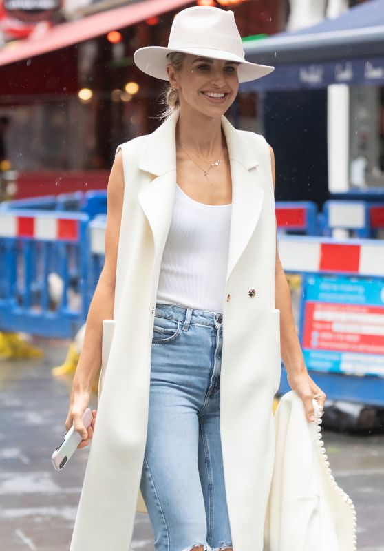 Vogue Williams Street Style - London 05/24/2021