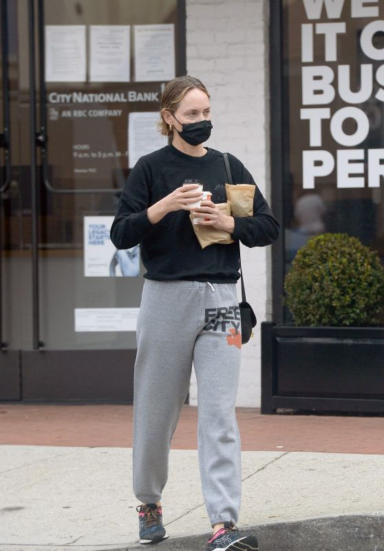 Amber Valletta - Picks Up Coffee in LA 06/06/2021