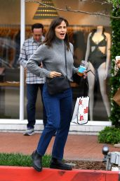 Jennifer Garner - Out in Pacific Palisades 06/18/2021