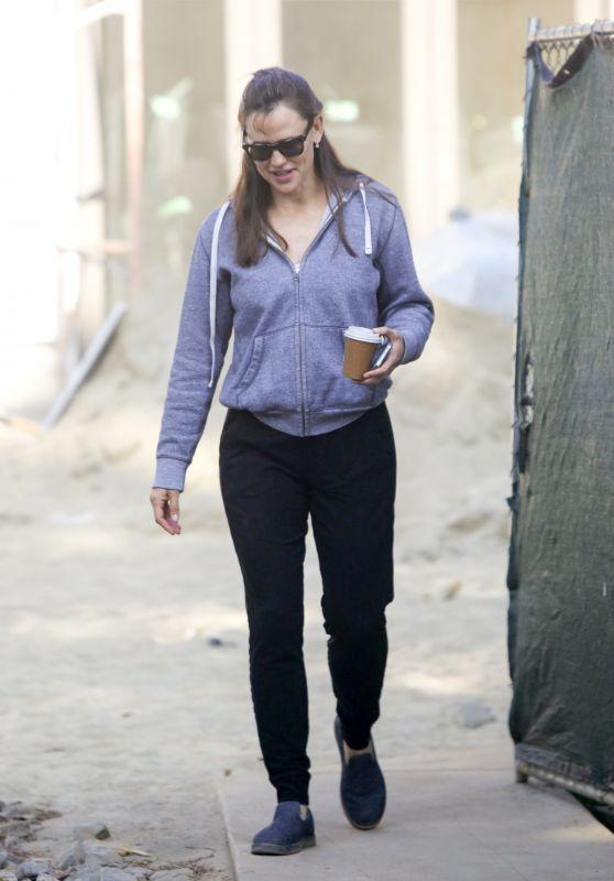 Jennifer Garner - Visits Her New Under-Construction Home in Brentwood 06/04/2021