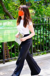 Anne Hathaway in Casual Outfit - New York City 07/26/2021