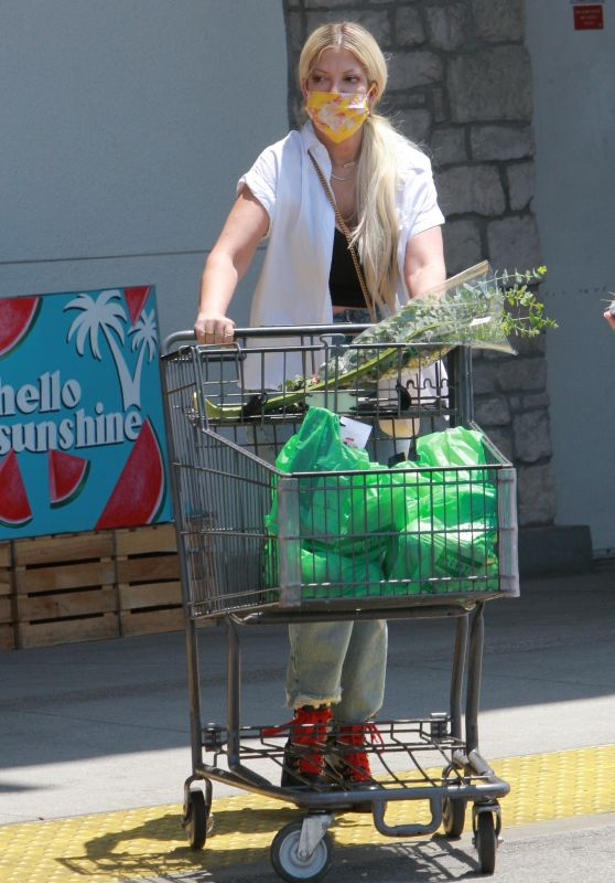 Tori Spelling - Grocery Shopping at Bristol Farms in Woodland Hills 07/23/2021