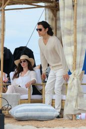 """Anne Hathaway - """"WeCrashed"""" Filming Set at The Shores Atlantic Beach 08/16/2021"""