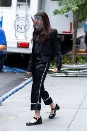 """Anne Hathaway - """"WeCrashed"""" Set in New York 08/17/2021"""