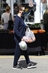 Jennifer Garner in a Navy Sweatsuit - Shopping at the Farmer