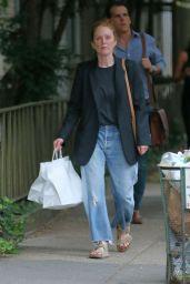 Julianne Moore Make-up Free - Shops in West Village in NY 08/09/2021