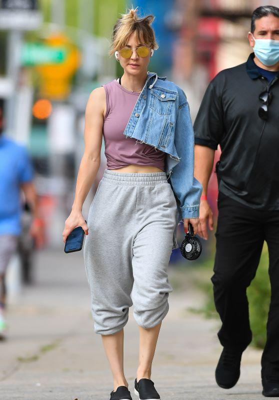 "Kaley Cuoco - ""Meet Cute"" Filming Set in Brooklyn 08/11/2021 (more photos)"