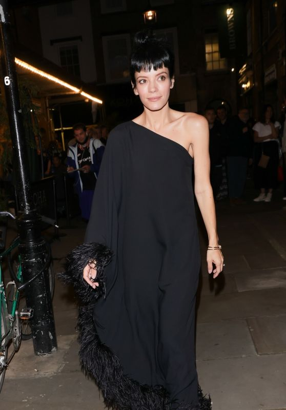 """Lily Allen in a Black Fur-Lined Off-Shoulder Gown - """"Ghost Story"""" Press Night in London 08/11/2021"""