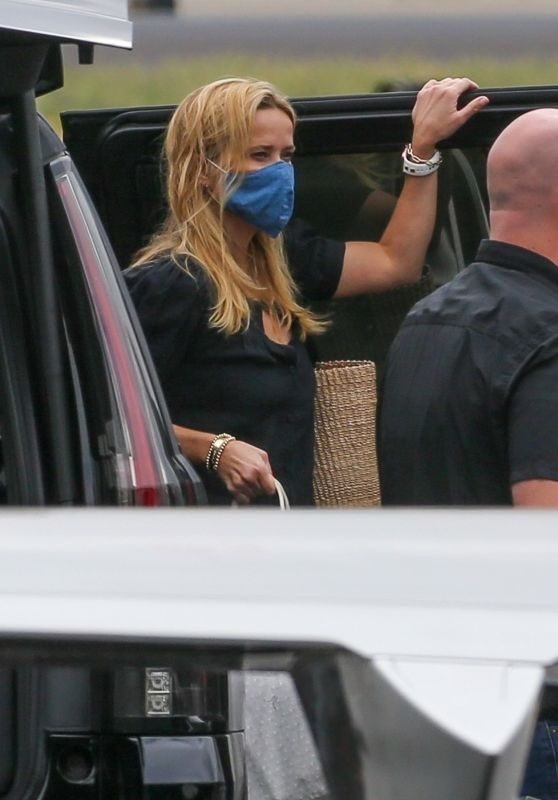 Reese Witherspoon at Van Nuys Airport 08/22/2021