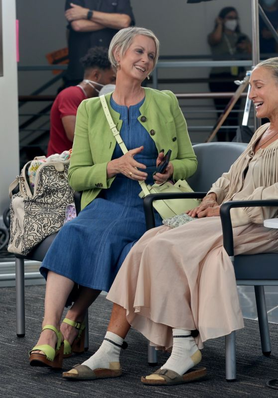 """Sarah Jessica Parker and Cynthia Nixon - """"And Just Like That"""" Set in NY 08/25/2021"""