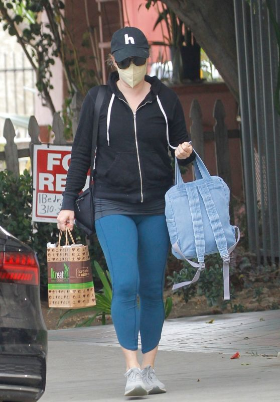 Amy Adams at Kreation Organic Juicery in Beverly Hills 10/11/2021
