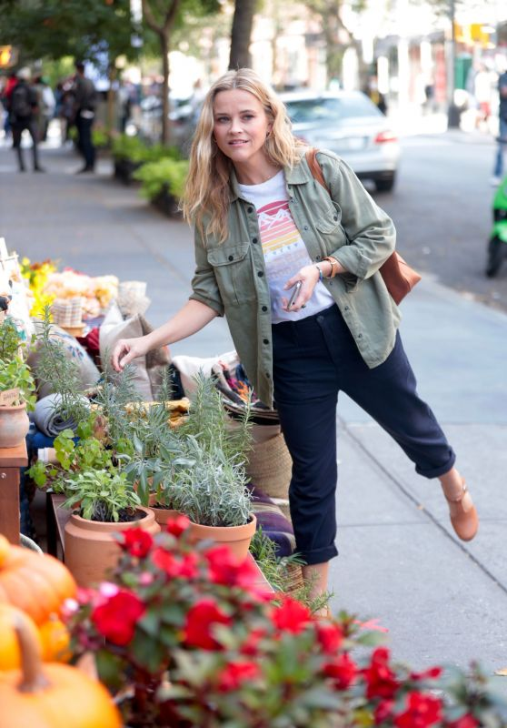 """Reese Witherspoon – """"Your Place or Mine"""" Filming Set in NY 10/0/2021"""