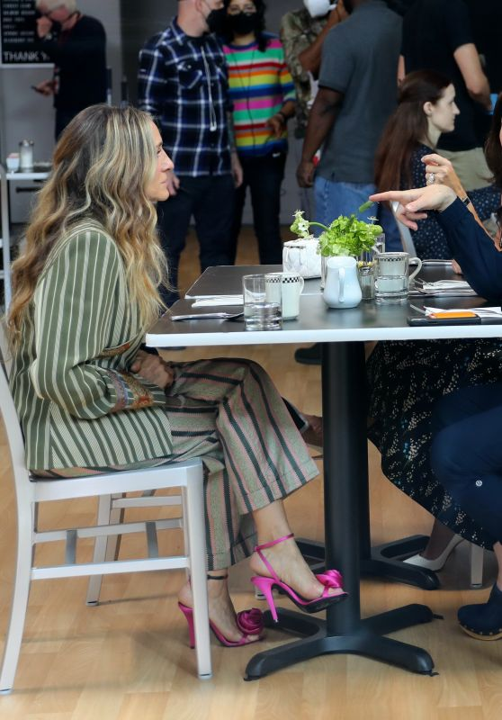 """Sarah Jessica Parker, Kristin Davis and Cynthia Nixon - Filming a Lunch Scene at the """"And Just Like That"""" Set in Manhattan 10/26/2021"""