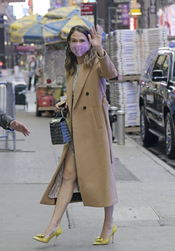 Sutton Foster - Arriving at Good Morning America in New York 10/12/2021